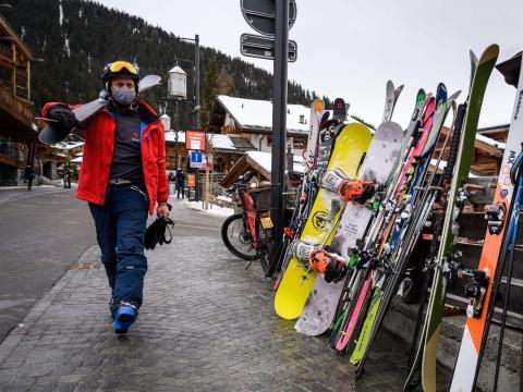 Un esquiador con mascarilla junto a un bar de après-ski en la estación alpina de Verbier, el 21 de diciembre de 2020.