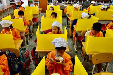 Estudiantes en la Escuela Primaria Dajia en Taipei el 29 de abril de 2020.