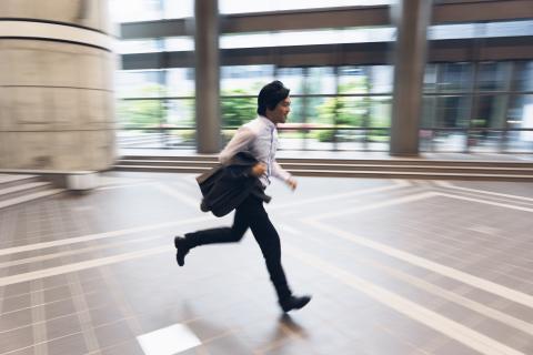 Trabajador corriendo.