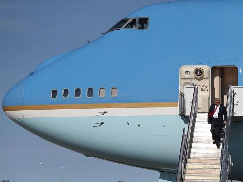 El presidente Donald Trump desembarca del Air Force One.