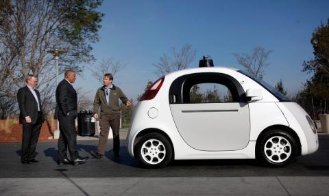 Urmson, a la derecha, muestra el modelo Firefly al presidente de Google, Eric Schmidt, y al secretario de transporte de EEUU Anthony Foxx.