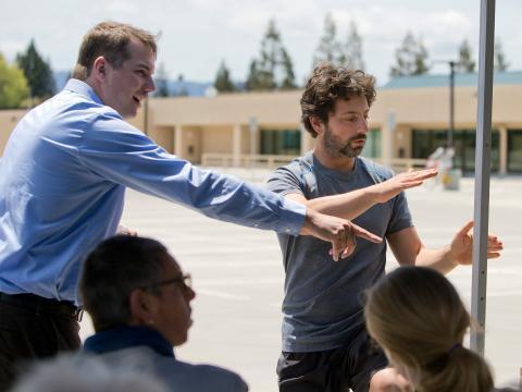 Urmson, a la izquierda, con el cofundador de Google, Sergey Brin. Urmson era conocido como un talentoso y diligente ingeniero, pero algunos compañeros dicen que era un tipo político más astuto de lo que aparentaba.