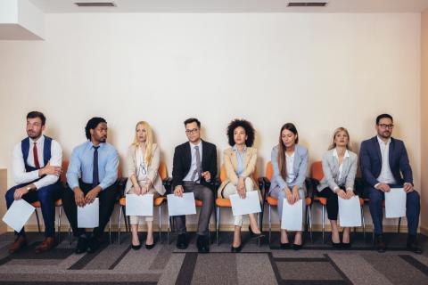 Varias personas esperan para tener una entrevista de trabajo.