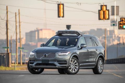 Un Volvo XC90 equipado con la tecnología de conducción autónoma de Uber.