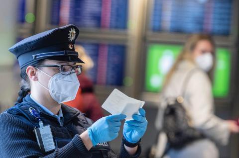 Una oficial de la policía federal en el aeropuerto de Frankfurt en Alemania comprobando un documento de un pasajero que aterrizaba desde Praga.