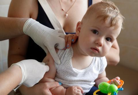 Un bebé vacunándose