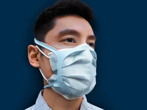 Cómo se ajusta la abrazadera de la mascarilla sobre una mascarilla quirúrgica (observa los dientes que la sujetan sobre la nariz y las mejillas)