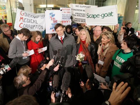 Andrew Wakefield junto a su esposa Carmel se dirige a los medios de comunicación en los terrenos del Consejo Médico General (GMC) en Londres el 28 de enero de 2010.