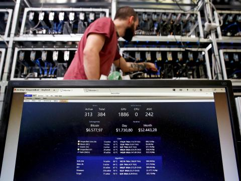 Un empleado trabaja en minado de bitcoins.