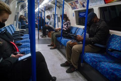 Personas en el metro de Londres en septiembre de 2020. Aaron Chown/PA Images via Getty Images.
