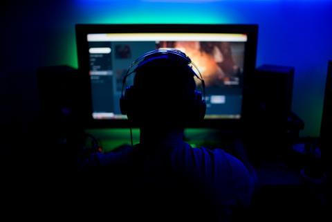 Chico delante de un ordenador