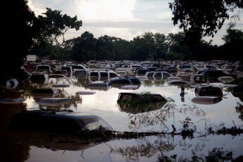 Coches sumergidos por inundación, cambio climático