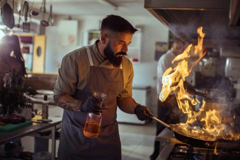 Un cocinero con una sartén.