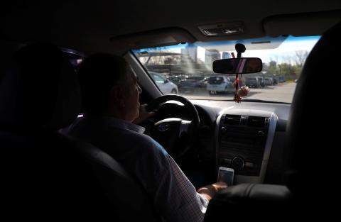 Un conductor de Uber en su coche.