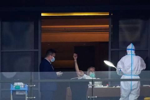 Dominic Dwyer, miembro del equipo de la Organización Mundial de la Salud (OMS), se somete a un análisis de sangre en Wuhan, China.