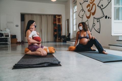 Dos mujeres en un cursillo pre y post natal.