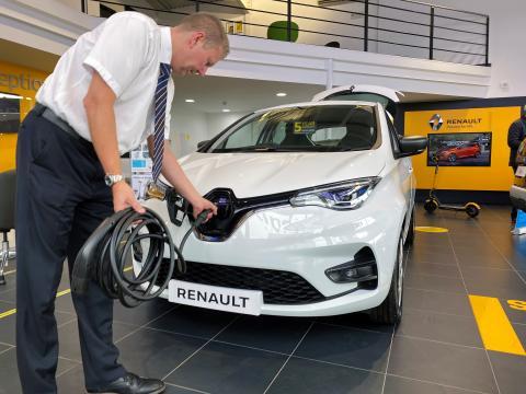 El eléctrico Renault Zoe en un concesionario de Reino Unido.