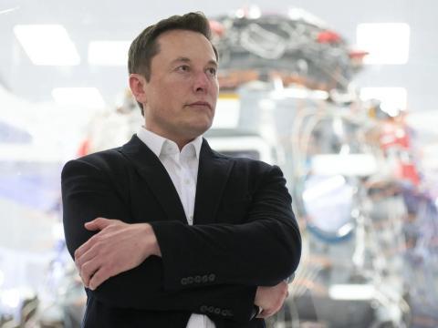 Elon Musk en la sala del Crew Dragon en California en 2019