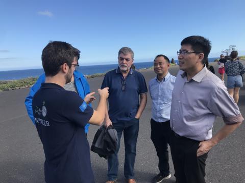 José María Ortega, líder de Green Moon Project, junto al equipo chino.