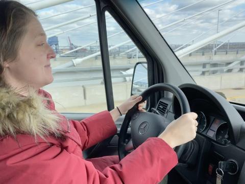 Mi amiga conduciendo.