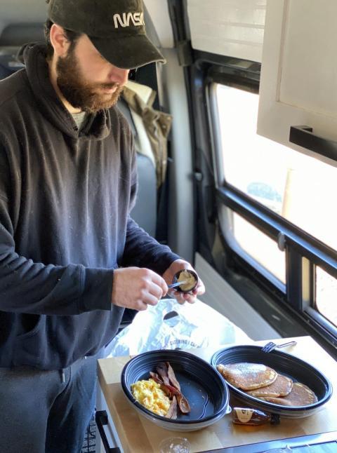 Comiéndome el desayuno de Cracker Barrel.