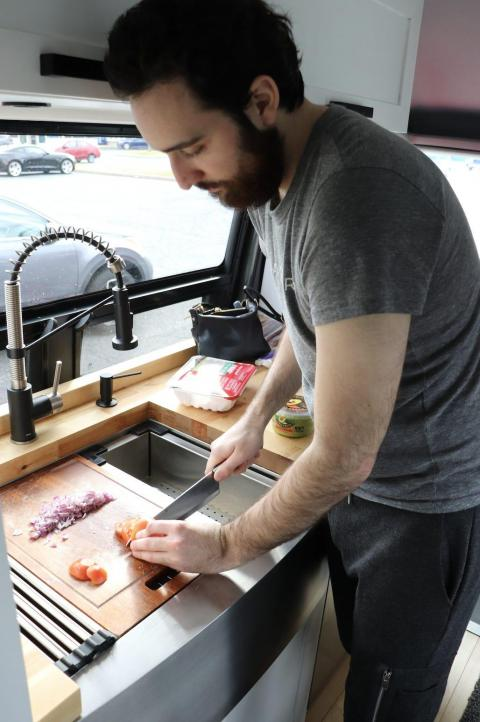 Preparando la comida en el fregadero.
