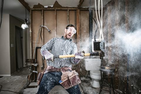Hombre destrozando una habitación.