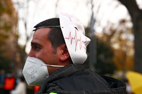 Un hombre se protege con una mascarilla ffp2