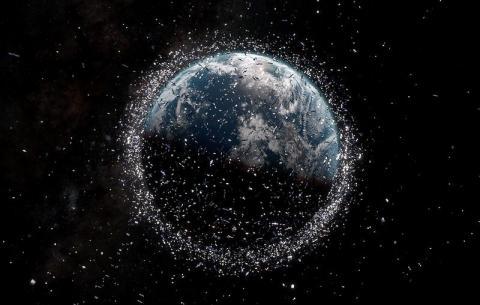 Ilustración de la basura espacial (los satélites y los escombros no están a escala).