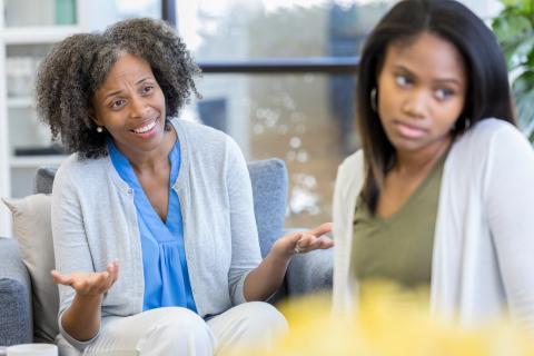 Intento de conversación entre una madre y su hija.