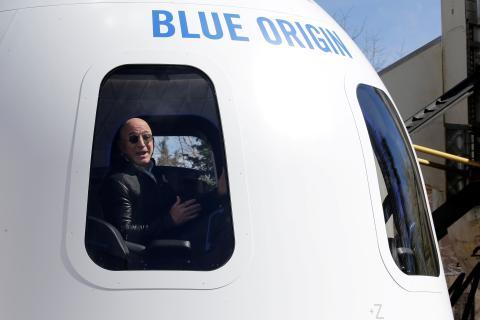 Jeff Bezos, en una cápsula de Blue Origin.
