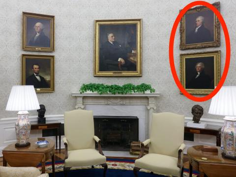 Los retratos de Thomas Jefferson y Alexander Hamilton, ambos a favor de la colaboración en el sistema bipartidista, han sido colgados intencionalmente uno al lado del otro.