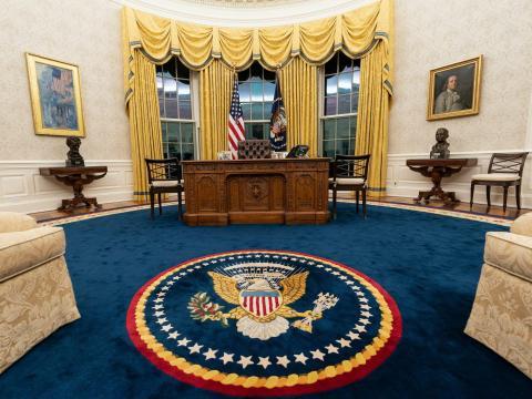 La alfombra azul oscuro se vio por última vez en el despacho oval durante la administración Clinton.