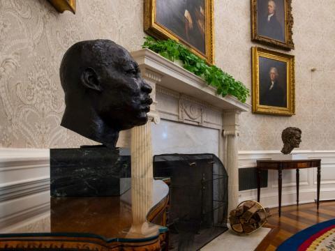 Un busto esculpido de Dr. Martin Luther King hijo, flanquea la chimenea, junto a una de Robert F. Kennedy.