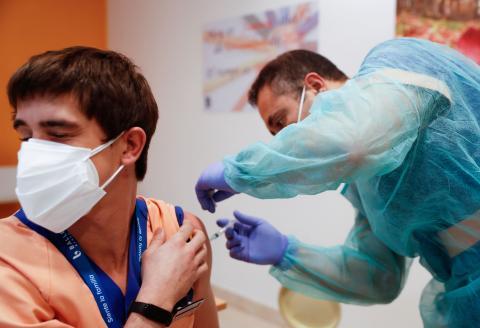 Un joven poniendo la vacuna
