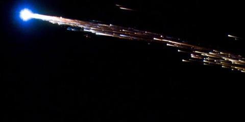 l ATV Jules Verne de la Agencia Espacial Europea se rompe en una bola de fuego al volver a entrar en la atmósfera terrestre el 29 de septiembre de 2008.