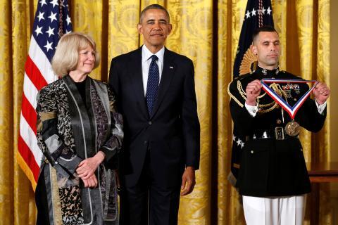 La genetista Mary-Claire King recibe la Medalla Nacional de Ciencia en 2016.