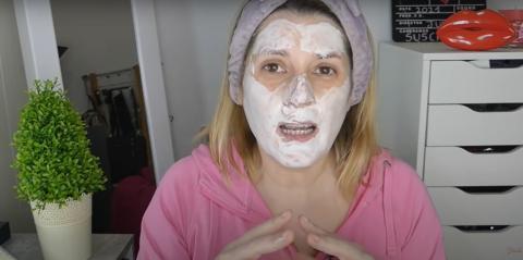 La youtuber Julia Pintavalos prueba la mascarilla exfoliante y efervescente de Mercadona.