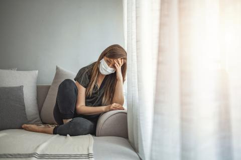 Mujer confinada triste