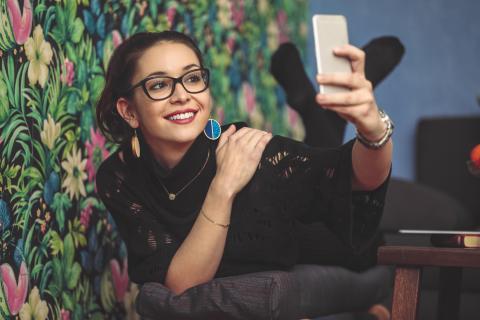 Mujer se hace un selfie con el móvil.