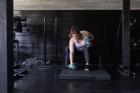 mujer haciendo ejercicio brazos