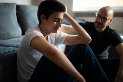 Padre e hijo mantienen una conversación.