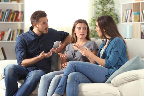 Unos padres hablan con una adolescente.