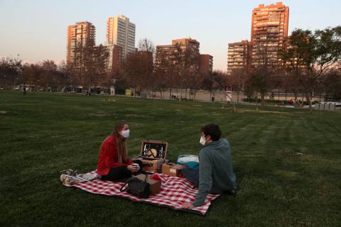 pareja haciendo picnic en pandemia