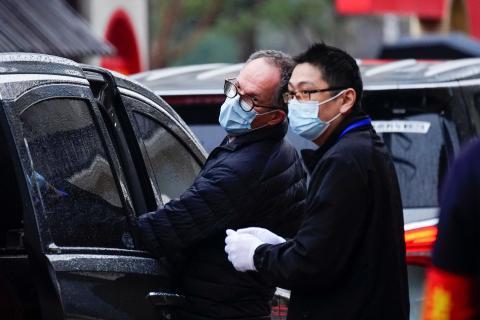 Peter Ben Embarek (Izq.), miembro del equipo de la Organización Mundial de la Salud (OMS) fuera del Centro de Servicio Popular del Partido Comunitario de Jiang Xin Yuan, en Wuhan, China.