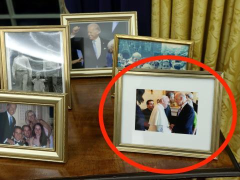 Una foto del presidente Biden y el Papa.