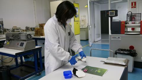 Integrante del equipo de ITAINNOVA iniciando los procesos de reciclaje de mascarillas.