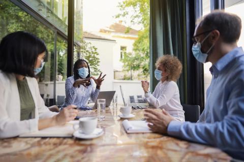 Reunión de trabajo con mascarillas.