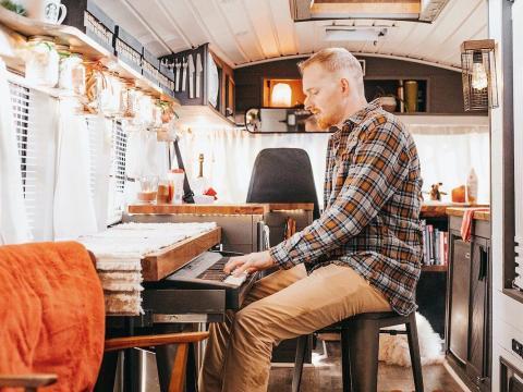 La música es importante para el propietario de este autobús, por lo que se aseguró de que hubiera suficiente espacio para colocar su guitarra y teclado.