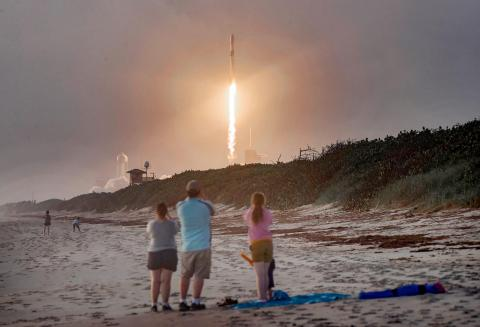Los espectadores observan desde Canaveral National Seashore (EEUU) el lanzamiento de un cohete Falcon 9 de SpaceX con 60 satélites Starlink.